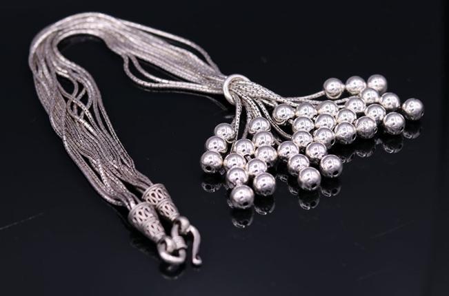Többsoros ezüst nyaklánc és társai: a legújabb trendek